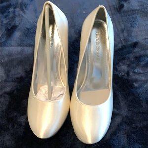 GORGEOUS David's Bridal ivory satin glitter pumps